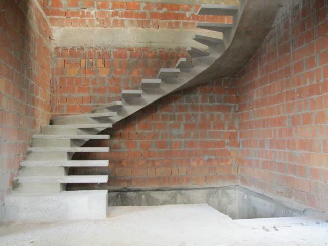 Возможно воплощение любых задумок архитекторов от элементарных маршевых, более сложных винтовых конструкций до сложно-составных конфигураций