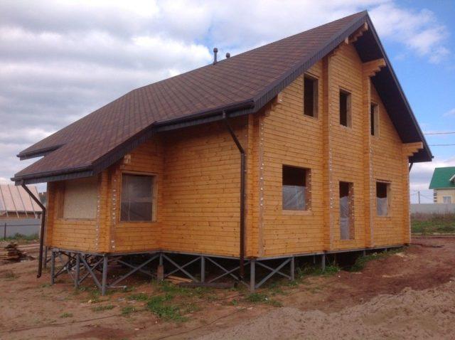 Дом на винтовых сваях способен выдержать даже небольшие колебания почвы