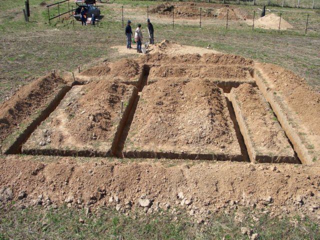 Если почва плодородная, то снимают ее верхний слой