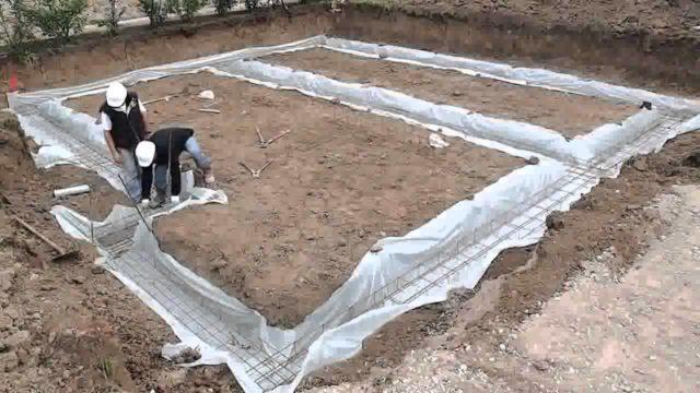 Если грунт представляет собой смесь гравия, камня и песка, можно остановиться на простом ленточном основании