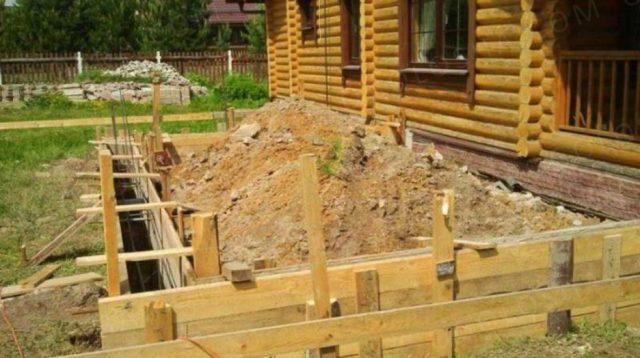 Специалисты рекомендуют возводить фундамент для пристройки такой же конструкции, как и для основного строения
