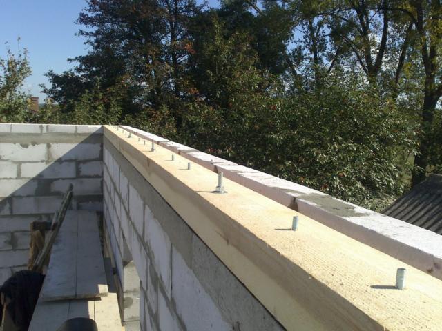 Сооружение армопояса под мауэрлат является необходимым при строительстве домов из газобетона и керамзитобетона, а также весьма желательно при кирпичных стенах