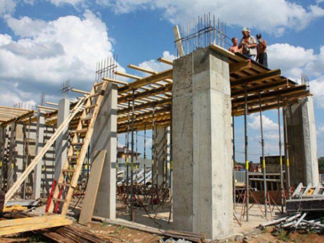Суть данной технологии заключается в выливании железобетонных конструктивных частей монолитного дома непосредственно в процессе строительства дома