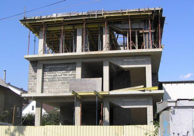 Уплотнение бетонной смеси выполняют глубинными/поверхностными вибраторами