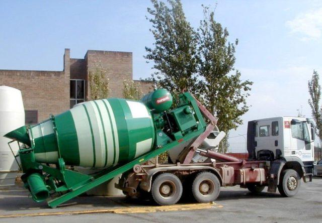 Заливают смесь при помощи крана либо насоса для бетона