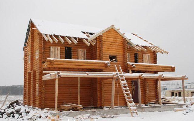 Важно защитить находящийся на строительной площадке деревянный стройматериал от попадания влаги