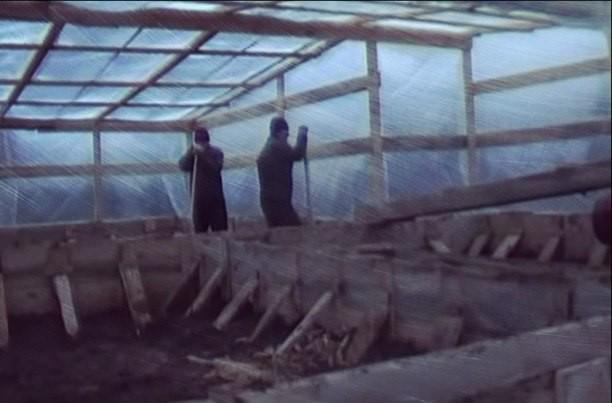 Сооружение над конструкциями фундамента съемного и переносного шалаша и установкой в нем температурной пушки