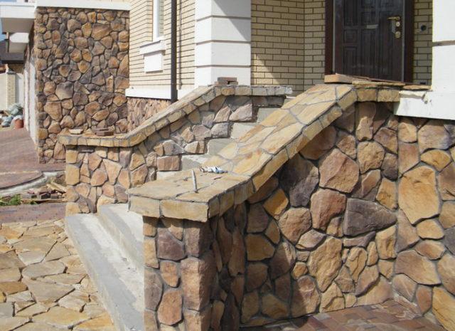 При отделке цоколя натуральным камнем нужно уделять особое внимание герметизации кладочных швов