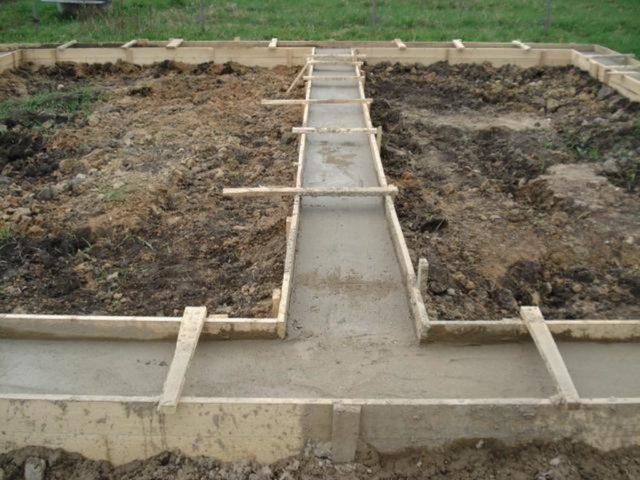 Делается опалубка, устраивается бетонная подушка фундамента, монтируются армирующие элементы