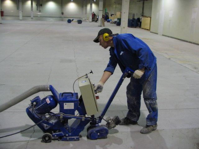 Инструмент, необходимый для того, чтобы отшлифовать бетон, можно найти в любом строительном магазине