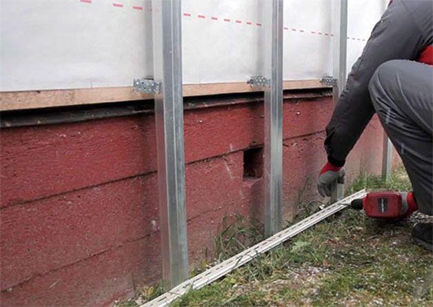 Не забывайте, прежде чем установить обрешетку на цоколь, необходимо выполнить все действия для утепления или вентиляции фасада