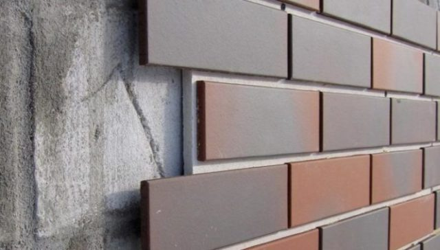 У декоративных стеновых панелей может иметься различная отделка внешней поверхности