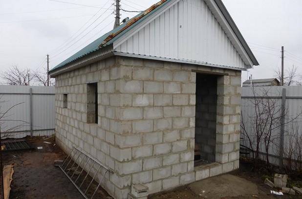 Материал отлично подходит для использования при самостоятельном возведении жилых и хозяйственных построек, в том числе бань