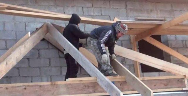 Она бюджетная и легкая в монтаже, однако, для такого типа крыши нужна мощная система водослива