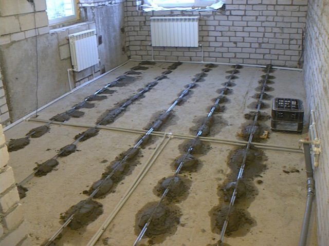 Маяки фиксируются цементным раствором или алебастром (гипсом), с которым нужно работать очень быстро
