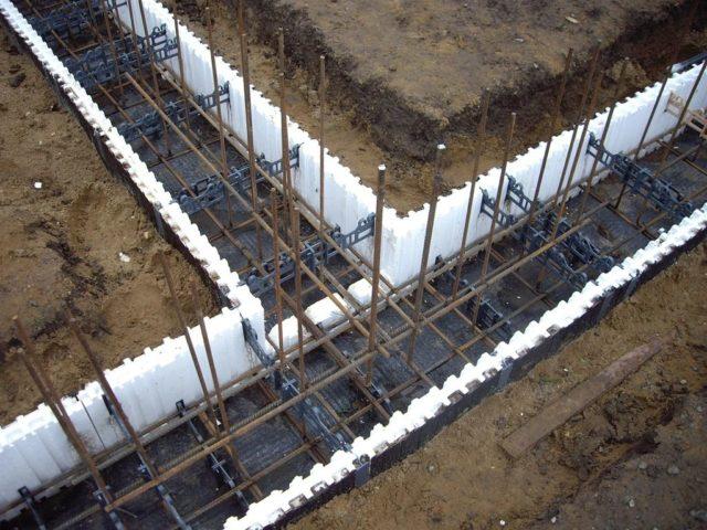 Монолитный фундамент обустраивается с использованием опалубки