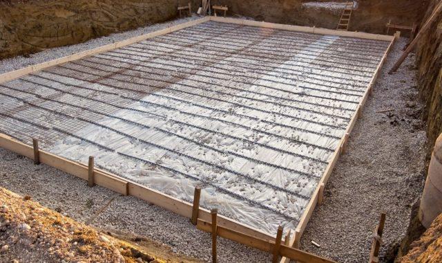 Мелкозаглубленный ленточный фундамент прекрасно подойдет в качестве основания под легкие каркасные сооружения