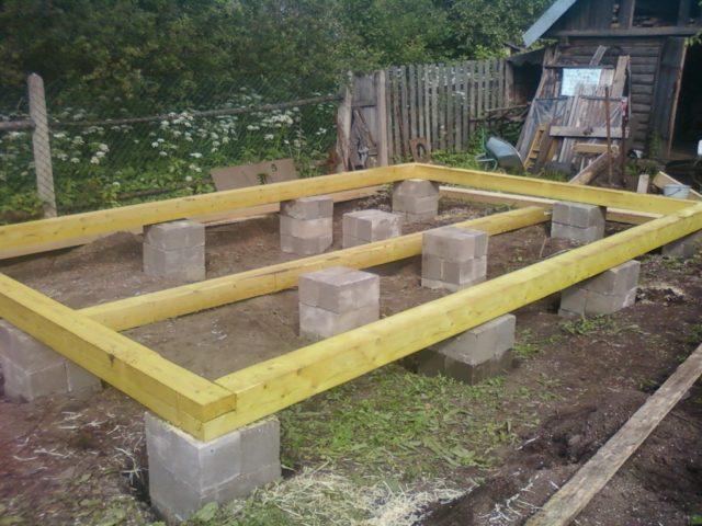 Сами столбы могут быть бетонными, бутовыми, бутобетонными, кирпичными и деревянными