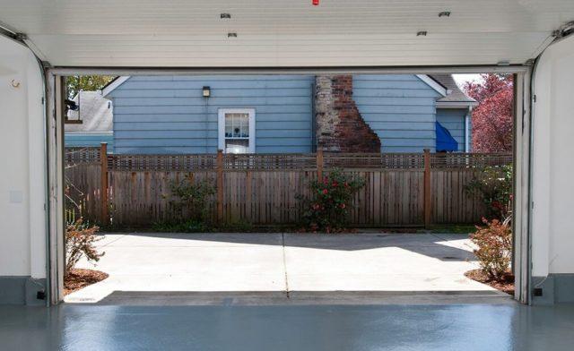 Если на улице слишком сухо и жарко, бетон накрывают полиэтиленовой пленкой или влажной мешковиной