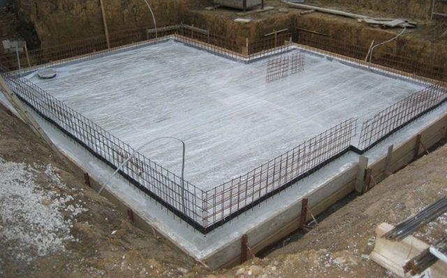 Большое значение имеет способ расположения арматуры, продольный или поперечный, и сила давления на нее раствора бетона